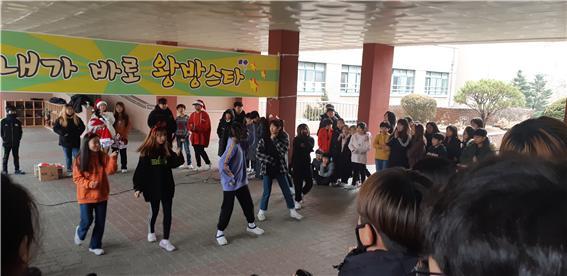 [일반] 학생자치회 주관 버스킹 공연 -왕방스타의 첨부이미지 2