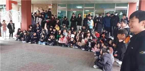 [일반] 학생자치회 주관 버스킹 공연 -왕방스타의 첨부이미지 4
