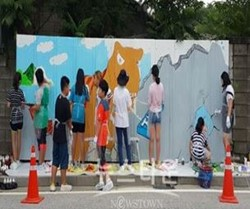 [일반] 지현초 학생들 재능기부로 마을에 벽화그리기 경인일보에 나왔어요의 첨부이미지 1